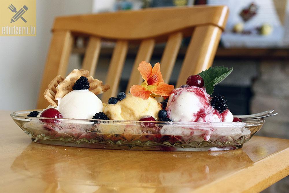 Skrīveru mājas saldējums - plombīra, smilšērkšķu un biezpiena